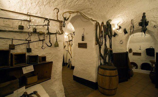 th 9884a105155d2d5abab95f407ee25a91 cueva museo guadix1 650x400 - Centro de interpretación de las Cuevas (Guadix) - Geoparque de Granada