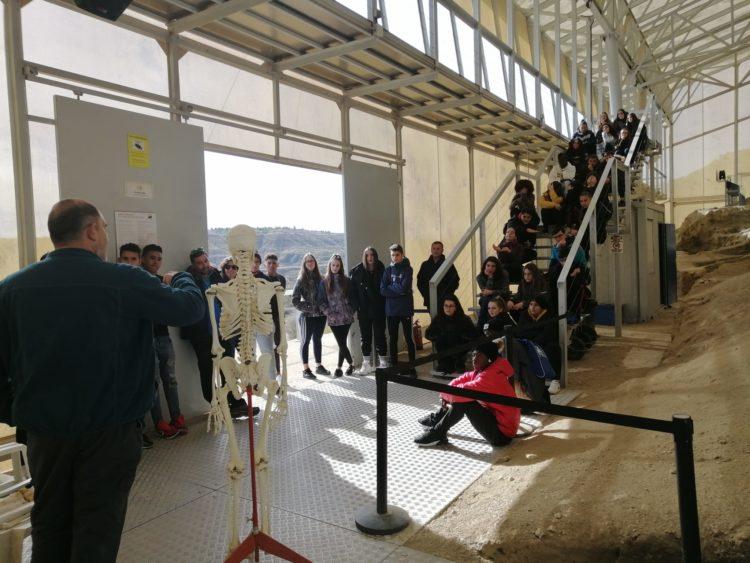 5dd7be77e010c 750x563 - Programa de visitas guiadas a la Estación Paleontológica Valle del Río Fardes. - Geoparque de Granada